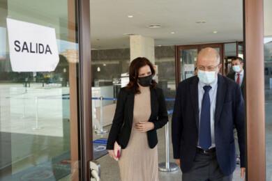 Miriam Chacón / ICAL . El vicepresidente de la Junta, Francisco Igea, sale del edificio de las Cortes acompañado por la consejera de Empleo Carlota Amigo