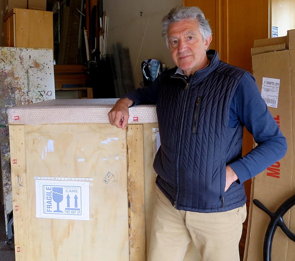 Alfonso Cuñado con los cuadros embalados que irán a la Feria Internacional de Arte de Taipei.