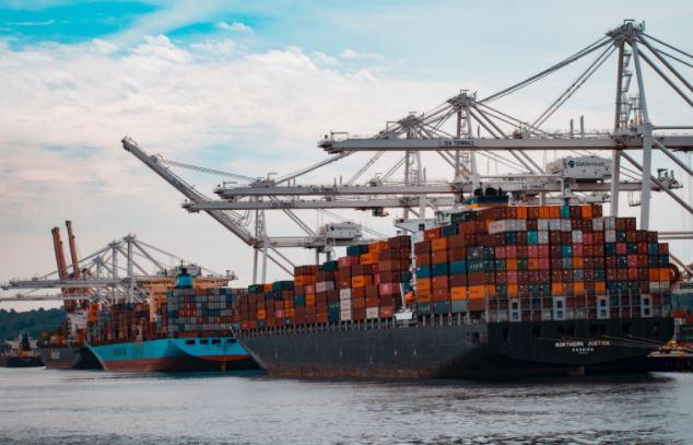 contenedores en barco mercante