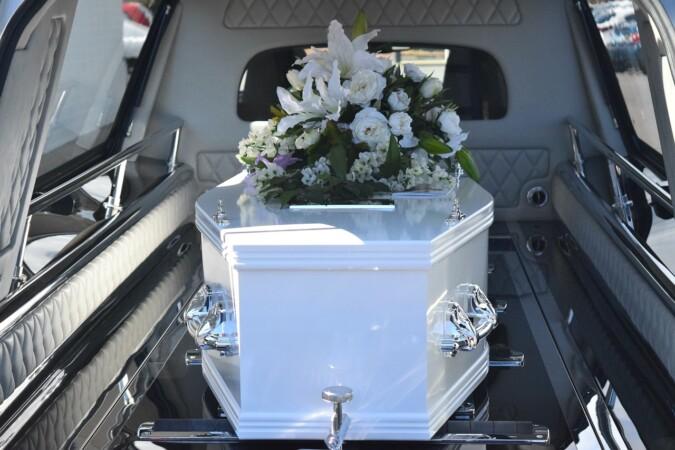 Los profesionales del sector funerario se plantean hacer huelga si no los vacunan. Imagen de Carolyn Booth en Pixabay