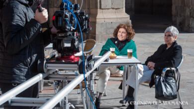 Charo López, junto a su hermana Marisa, en la grabación del documental de Chema de la Peña en la Plaza Mayor.