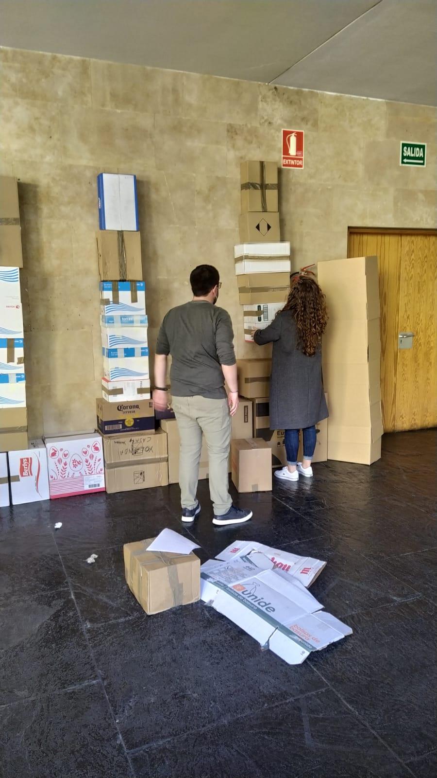 Miembros del proyecto expositivo WOLK trabajando en el montaje del stand