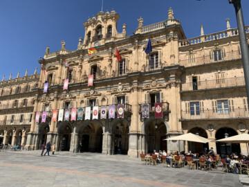 semana santa Los estandartes de las cofradías de Salamanca cuelgan de los balcones de la Plaza Mayor.