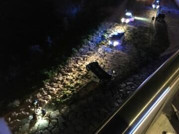 El vehículo que se precipitó desde la rotonda de los hospitales.