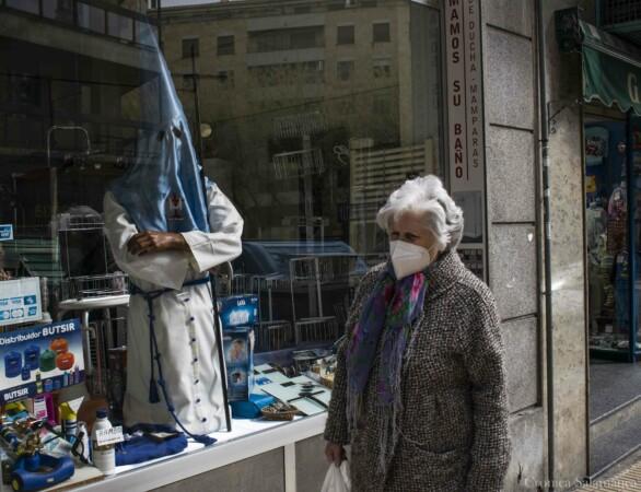 Los escaparates de los comercios de la calle Wences Moreno promocionan la Semana Santa de Salamanca. Fotografía. Almudena Iglesias Martín.