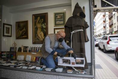 Los escaparates de los establecimientos de Wences Moreno muestran la Semana Santa de Salamanca.