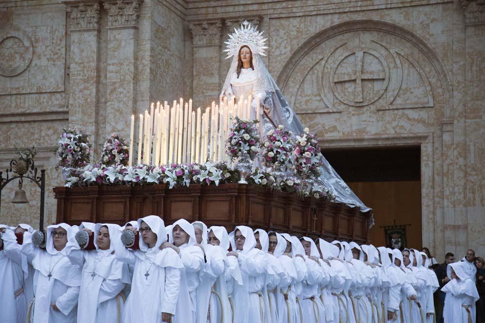 David Arranz / ICAL. El paso de María Nuestra Madre es portado a hombros por más de un centenar de mujeres
