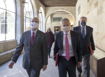 Susana Martín / ICAL. El rector de la Universidad de Salamanca, Ricardo Rivero, y el presidente de las Cortes de Castilla y León, Luis Fuentes, presentan el libro 'Impresos comuneros.