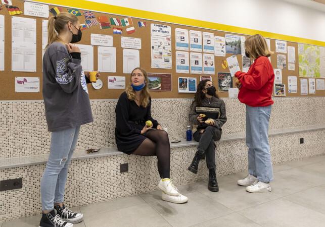 Susana Martín / ICAL. Estudiantes extranjeras de español se toman un descanso en el Colegio Delibes