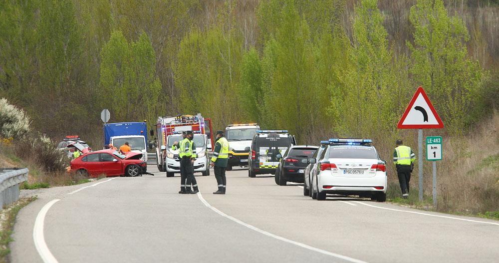 César Sánchez / ICAL . Un fallecido y dos heridos graves en un choque frontal entre dos turismos en Rodanillo (León)