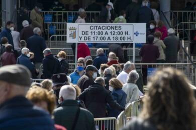 Colas en las inmediaciones del Sánchez Paraíso para vacunarse de la Covid-19. Fotos. Almudena Iglesias Martín.