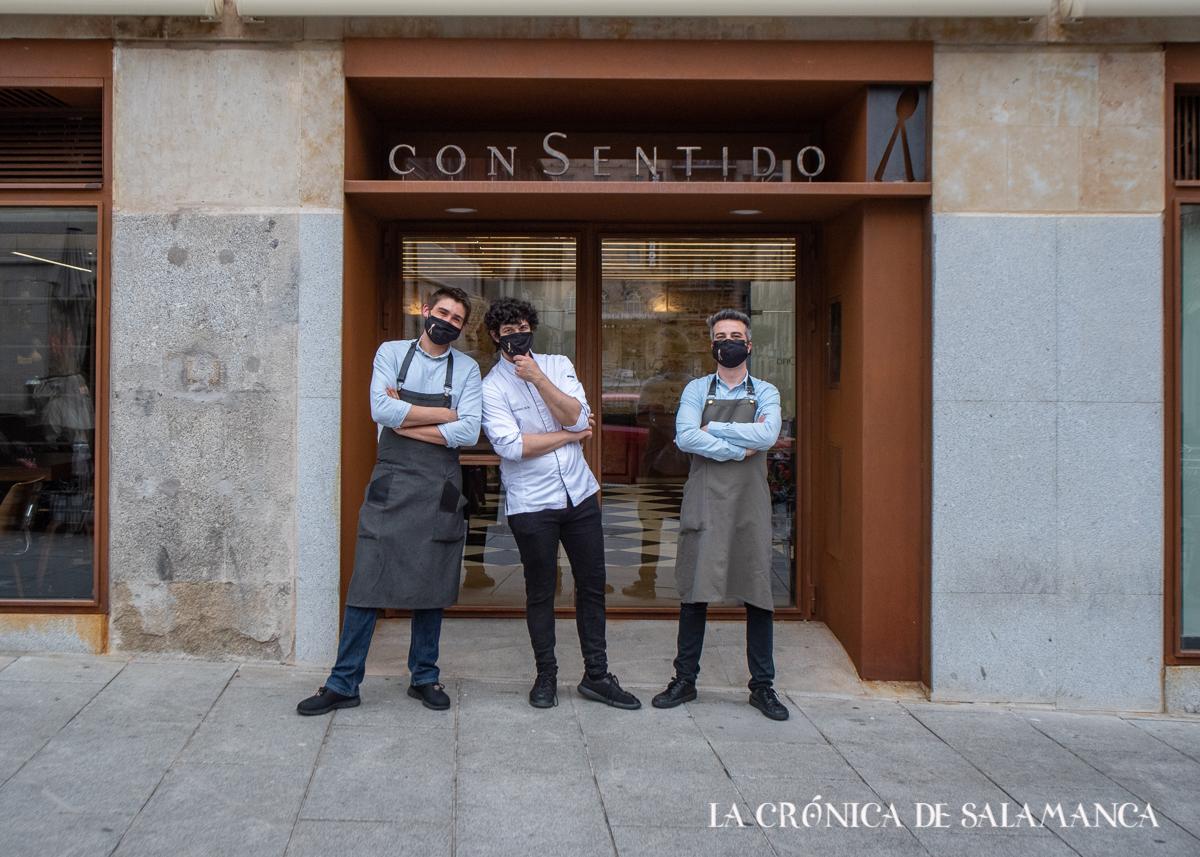 Carlos Hernández del Río, con parte de su equipo del restaurante ConSentido.