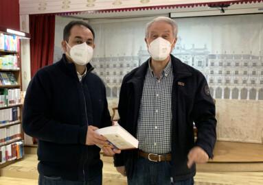 David, lector y pacinete de Jesús Málaga en la firma de libros en Santos Ochoa.