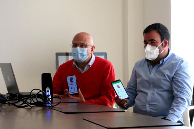 Fernando Martínez Valvey y Antonio Cabezas, concejales del Ayuntamiento de Villeres con la App del municipio.