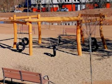Los columpios del nuevo parque infantil en la avenida Huertas de la Vega.