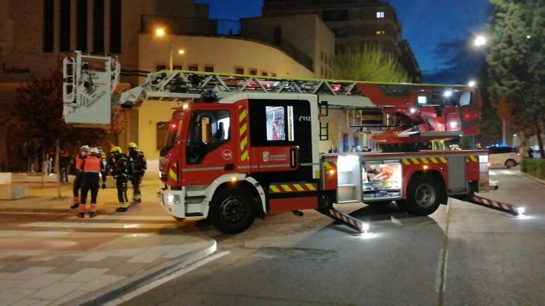Una dotación de bomberos en la calle Agricultura del barrio de Garrido.
