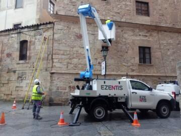 Los operarios colocan un cable en el Palacio de Monterrey, un Bien de Interés Cultural desde 1929.
