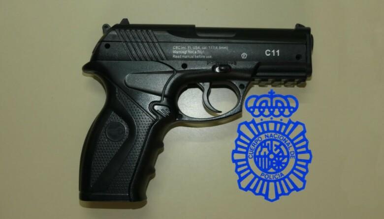 pistola simulada amenaza