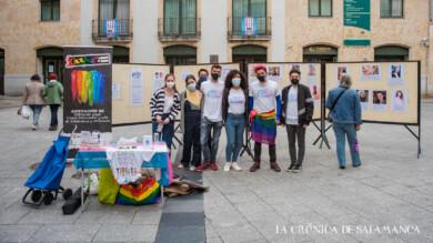 Miembros de las asociaciones de Transformación, Iguales e Iguales USAL en la plaza del Liceo.