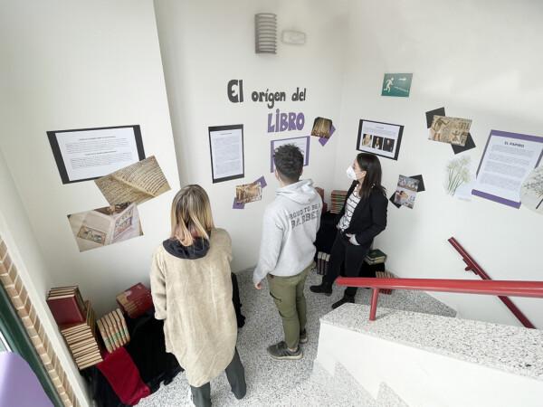 La Biblioteca municipal acoge la exposición 'El origen del libro' con motivo del Día del Libro.