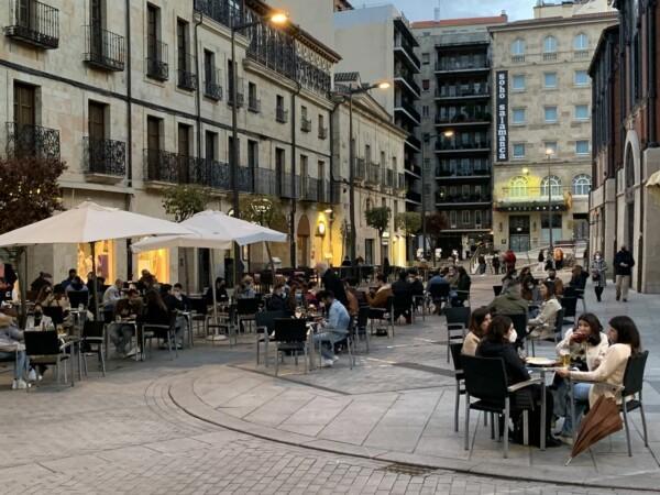 Los salmantinos disfrutaron del tardeo en las terrazas de la plaza del Mercado.