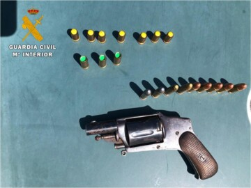 La Guardia Civil descubre un revolver en la guantera de un coche, cuyo conductor era un ciudadano frrancés.