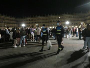 Los policías locales evitaron varios botellones retirando las bolsas con bebidas.