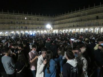 Cientos de jóvenes se agolparon en la Plaza Mayor la madrugada del 9 de mayo. ARCHIVO.