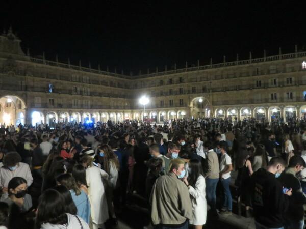 Los jóvenes irrumpieron en la Plaza Mayor la noche del 9 de mayo, fin del estado de alarma.