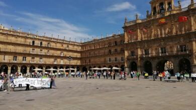 Decenas de personas apoyan la campaña de Manos Unidas en la Plaza Mayor de Salamanca. (3)