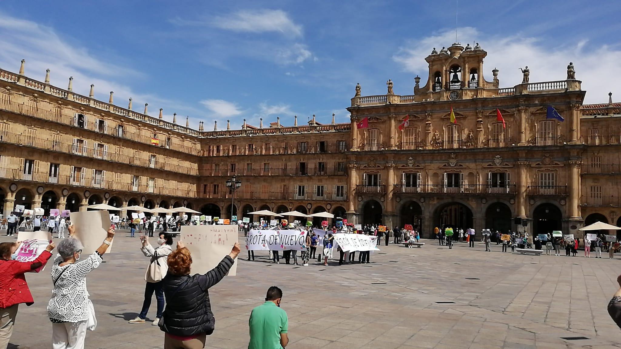 Decenas de personas apoyan la campaña de Manos Unidas en la Plaza Mayor de Salamanca.