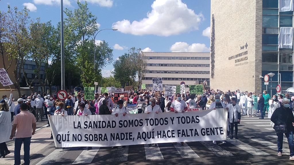 La marea blanca para defender la Sanidad Pública en Salamanca arranca desde el hospital Virgen de la Vega.