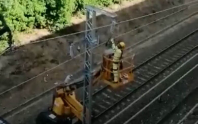 Los operarios trabajan en la electrificación de la vía de alta velocidad a su paso por Salamanca.