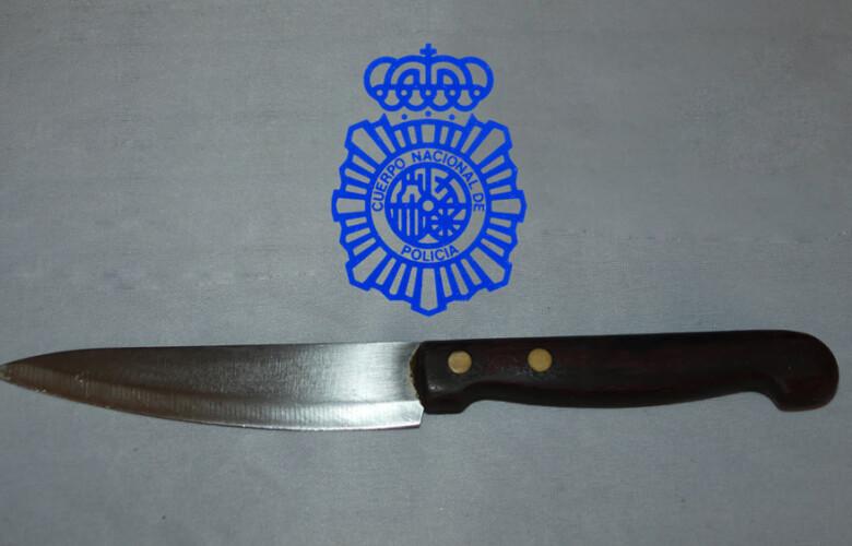 El cuchillo de cocina de 10 centímetros de hoja con el que amenazó de muerte a su amigo.