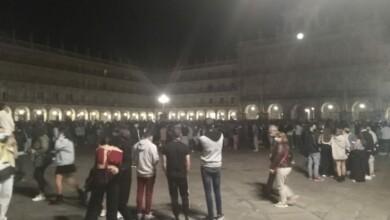 Jóvenes en la Plaza Mayor de Salamanca nada más dar las 00.00 de este 9 de mayo, fin del estado de alarma.
