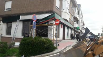 Desmontan la última oficina de Unicaja en el barrio de Tejares.