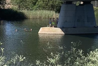 Un grupo de jóvenes disfrutan del primer baño de la temporada en el Tormes.