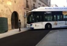 Un peatón camina por la calle de San Pablo por la acera y de frente el autobús.