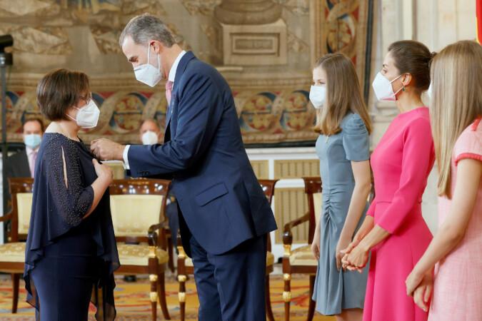 OOL/Ballesteros/EFE / ICAL . La ganadera leonesa Noelia Aparicio recibe la condecoración de la Orden del Mérito Civil de manos del rey Felipe VI