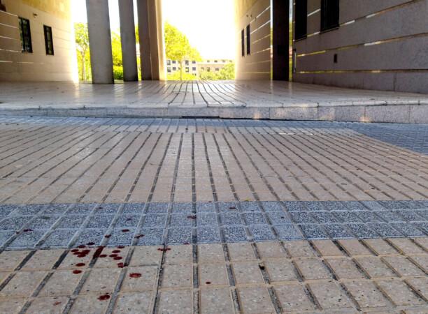 Sangre en el lugar donde se produjo la pelea en la que están implicados cuatro jóvenes.