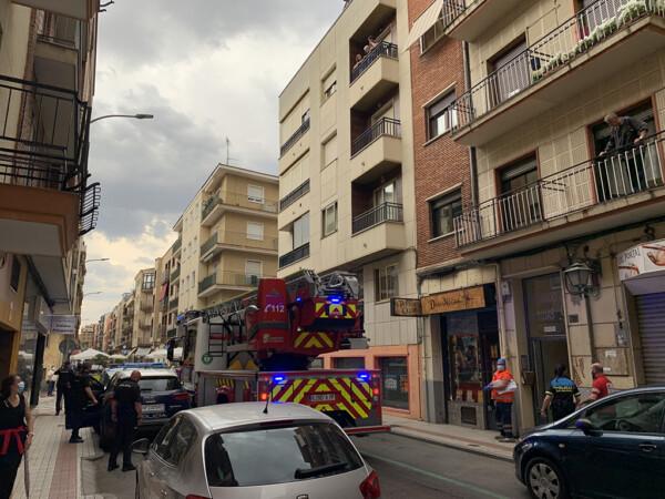 Bomberos, policías y sanitarios socorrieron a una mujer que se había caído en su domicilio de la calle Fernando de Rojas.