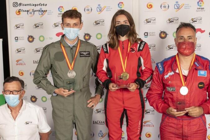 La piloto salmantina, Raquel Martín, en el centro de la imagen, se proclama campeona de España.