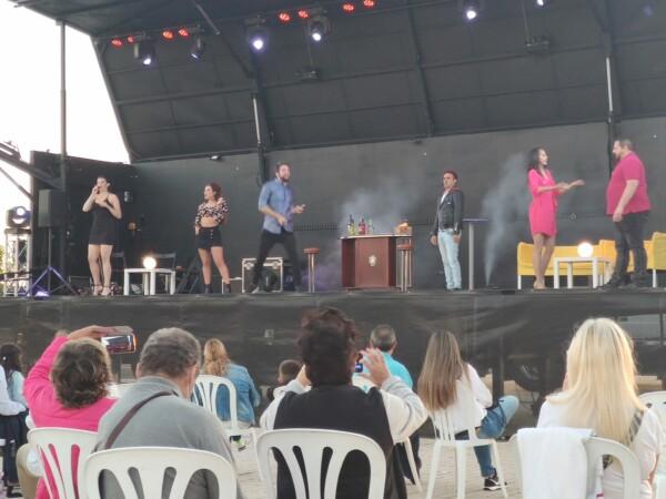 El musical dedicado a los años 80 y los 90 'Mil Campanas' con las que arrancaron las actividades culturales en Villares de la Reina.