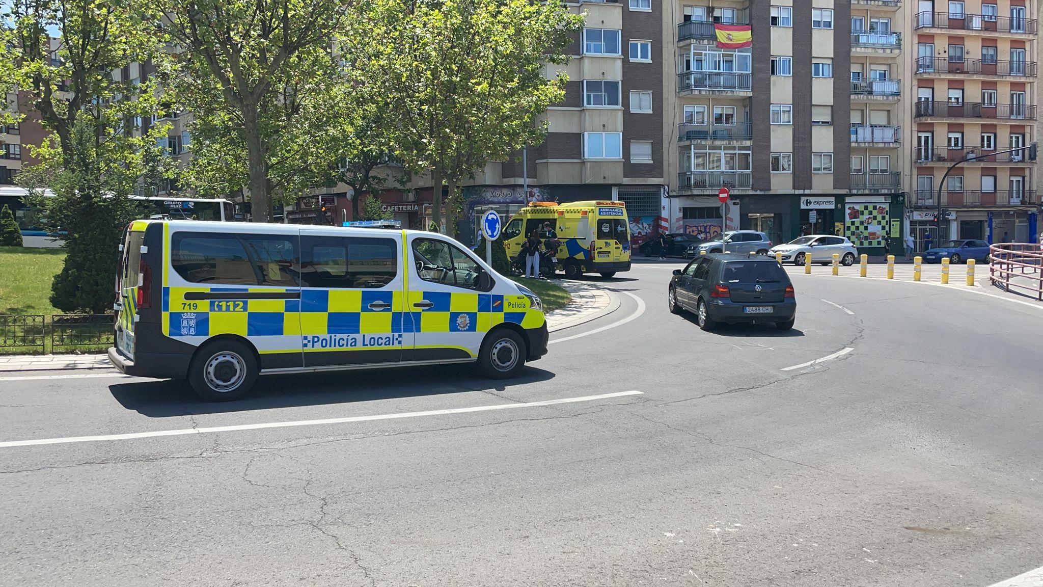 Una patrulla de la Policía Local y una ambulancia en el accidente de la rotonda del Túnel de la Radio.
