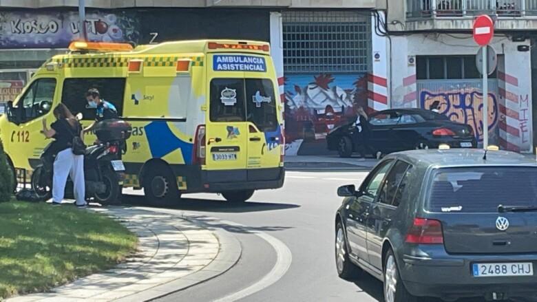 Una ambulancia atiende al herido del accidente de la rotonda del Túnel de la Radio.