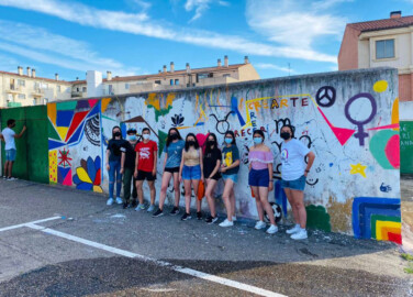 El profesor de la Facultad de Bellas Artes Juan Sebastián González, junto a los jóvenes artistas de Villres de la Reina.
