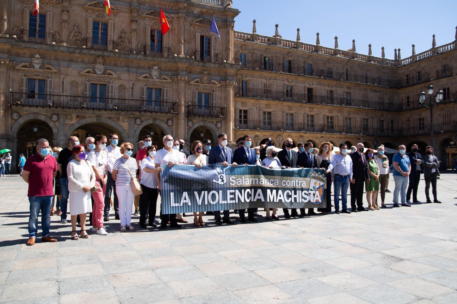Autoridades, políticos y ciudadanos guardaron un minuto de silencio por la muerte de la mujer asesinada en Doñinos.