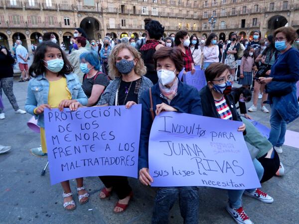 Decenas de personas acudieron a la Plaza Mayor de Salamanca a solidarizarse con Beatriz, la madre de Olivia y Anna, y a recordar a Rocío Caíz.