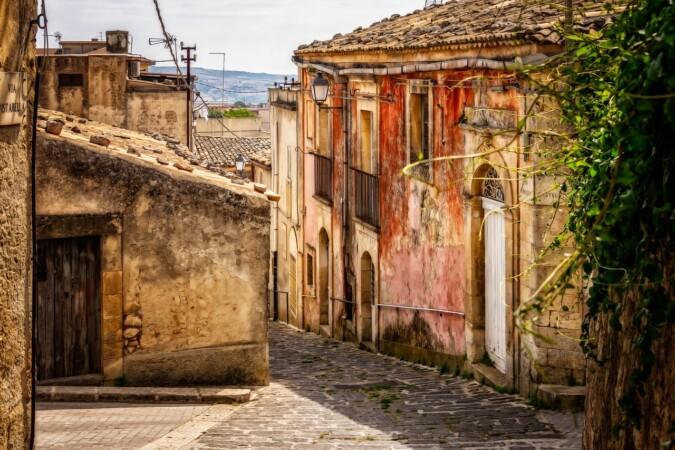 la calle vacía de un pueblo.