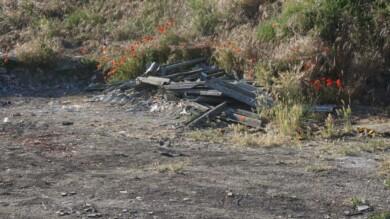 Uralita -amianto- esparcida en el 'volcán' de Garrido.